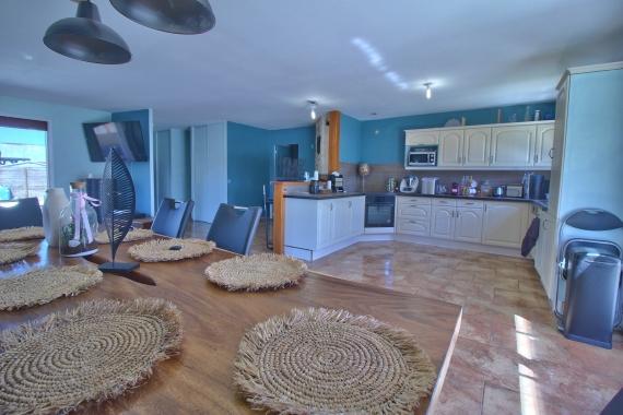 Maison 7 pièces de 140 m² avec garage sur terrain de 1216m² avec piscine,